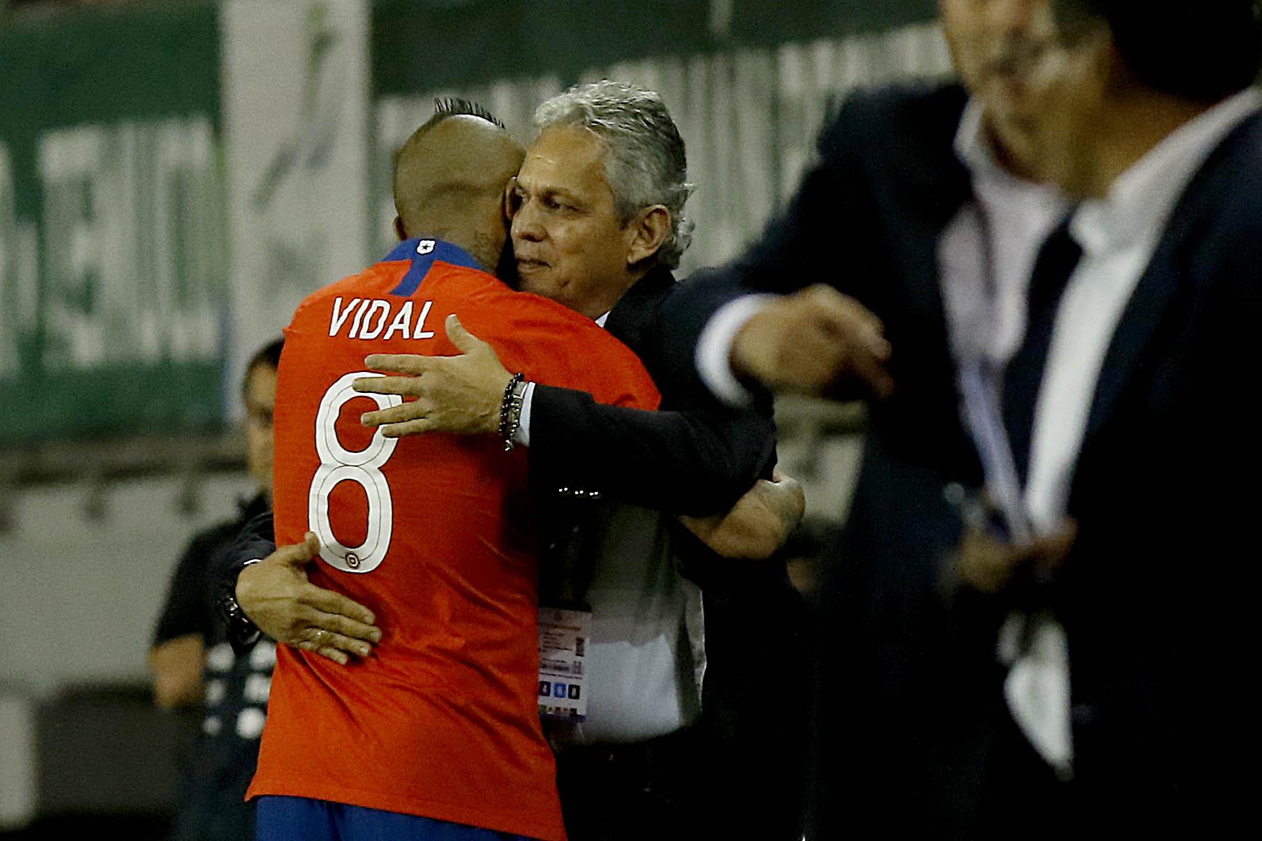 Arturo Vidal abraza a Reinaldo Rueda   Leonardo Rubilar   Agencia UNO
