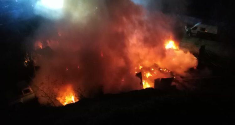 Incendio deja dos galpones totalmente destruidos en la ruta entre Cañete y Tirúa