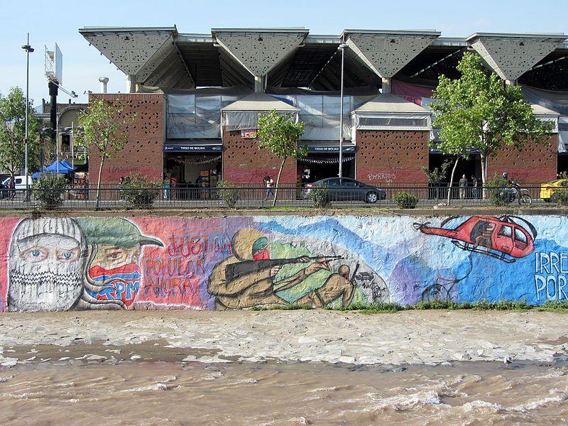 Grafiti sobre la fuga en la rivera del Río Mapocho | Rodrigo Fernández | Wikipedia