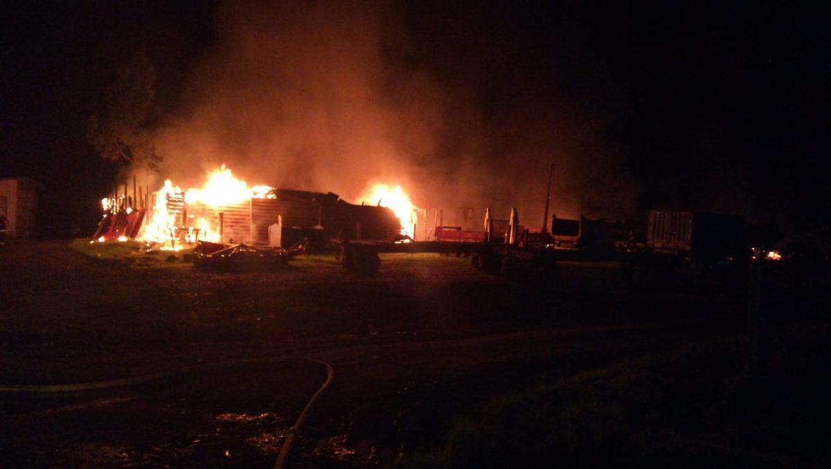 CAÑETE: Ataque incendiario destruye casa patronal, galpones y maquinaria de familia Burgos en sector Paicaví