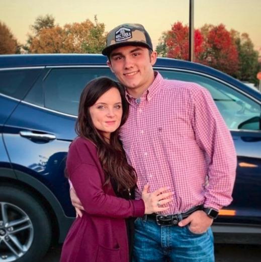 La joven junto a su nueva pareja | Facebook