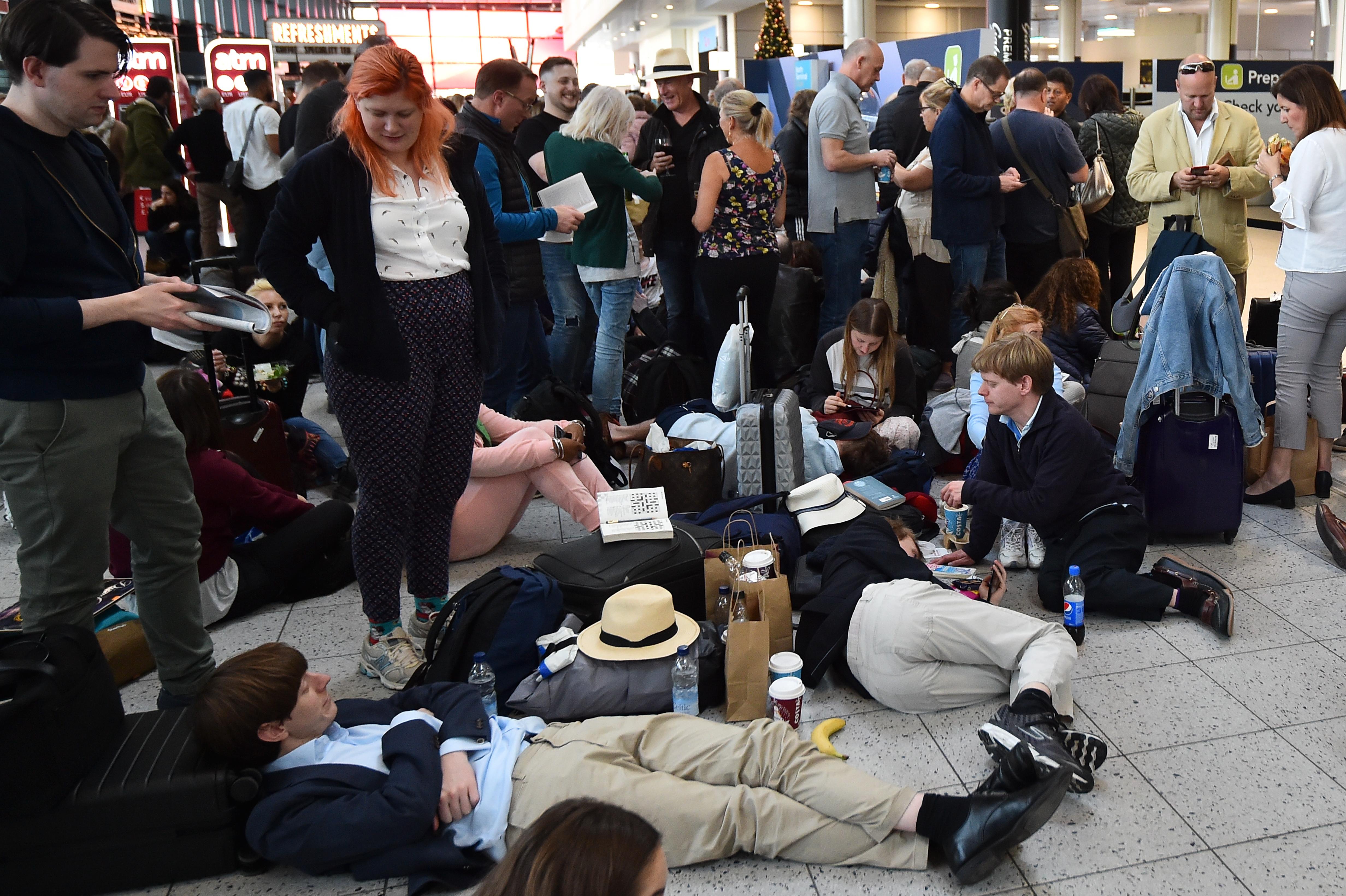 Pasajeros esperando en el aeropuerto   Glyn Kirk   Agence France-Presse