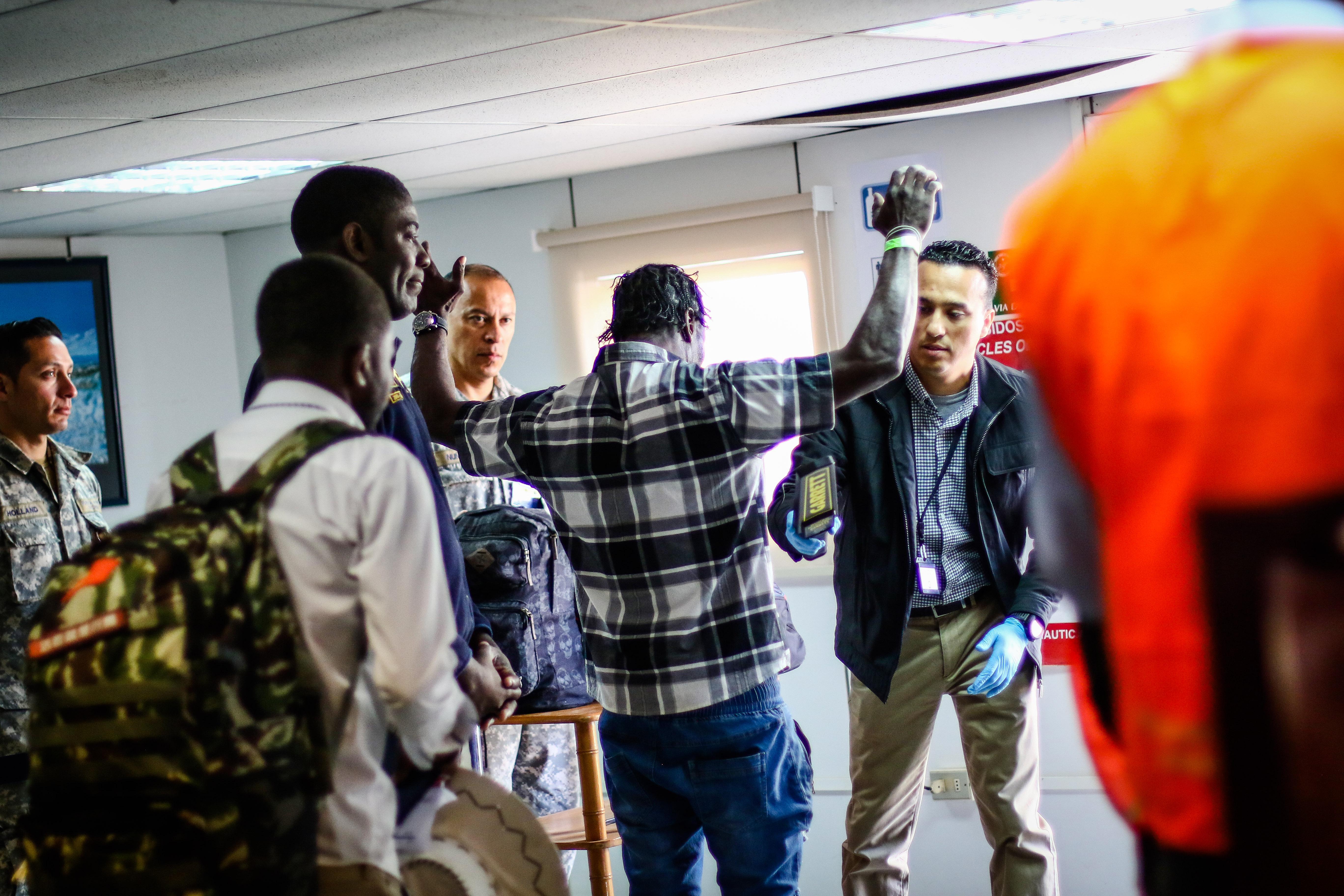Un ciudadano haitiano se somete a los controles de seguridad antes de abordar un avión FACh para regresar a su país. Hans Scott   Agencia UNO