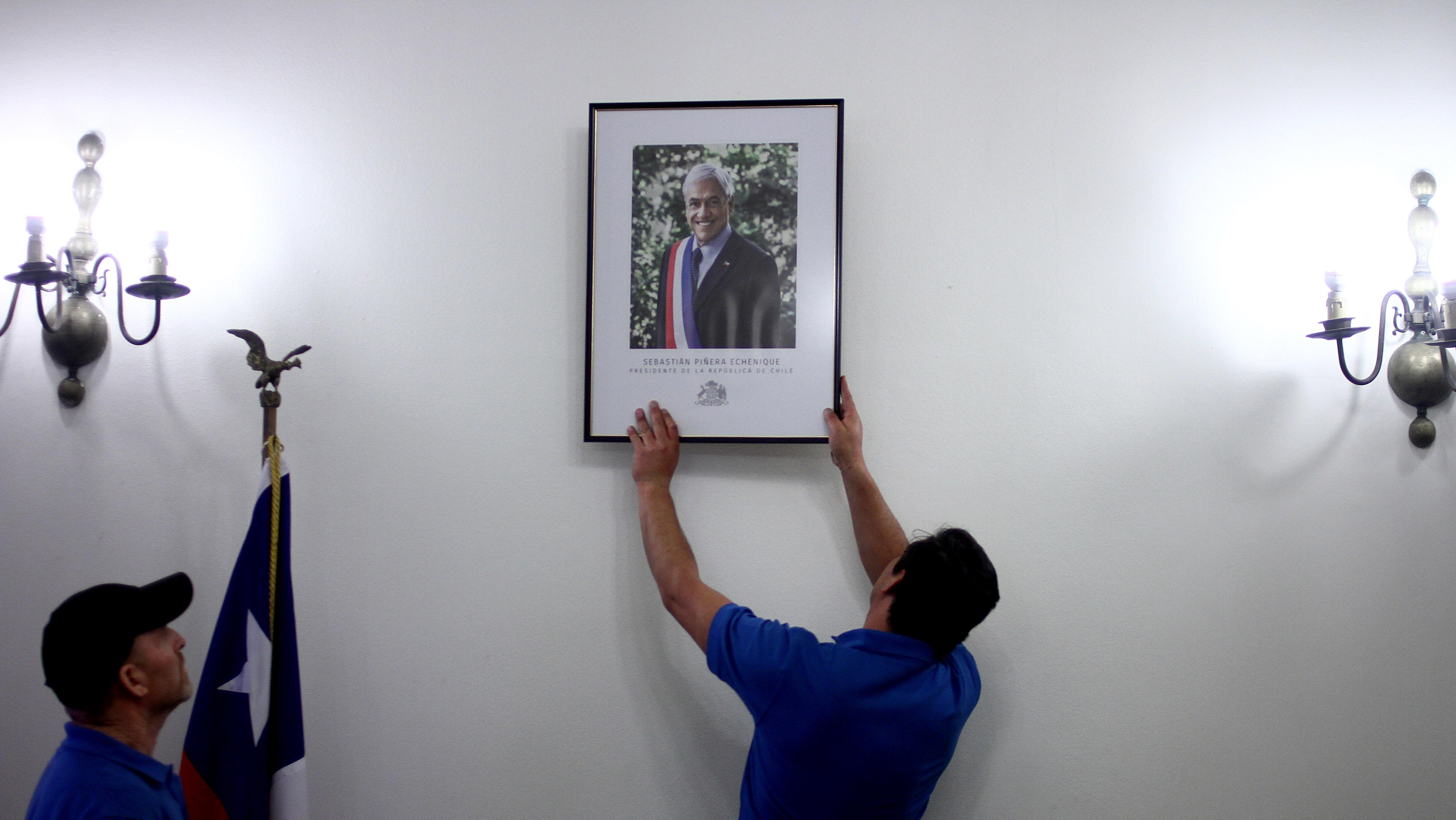 Funcionarios de Palacio instalan el retrato oficial en el despacho de Cecilia Pérez | Hans Scott | Agencia UNO