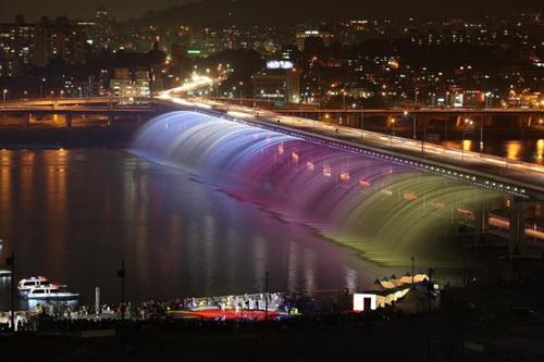 Fuente arcoiris en el puente Banpo | www.visitkorea.or.kr
