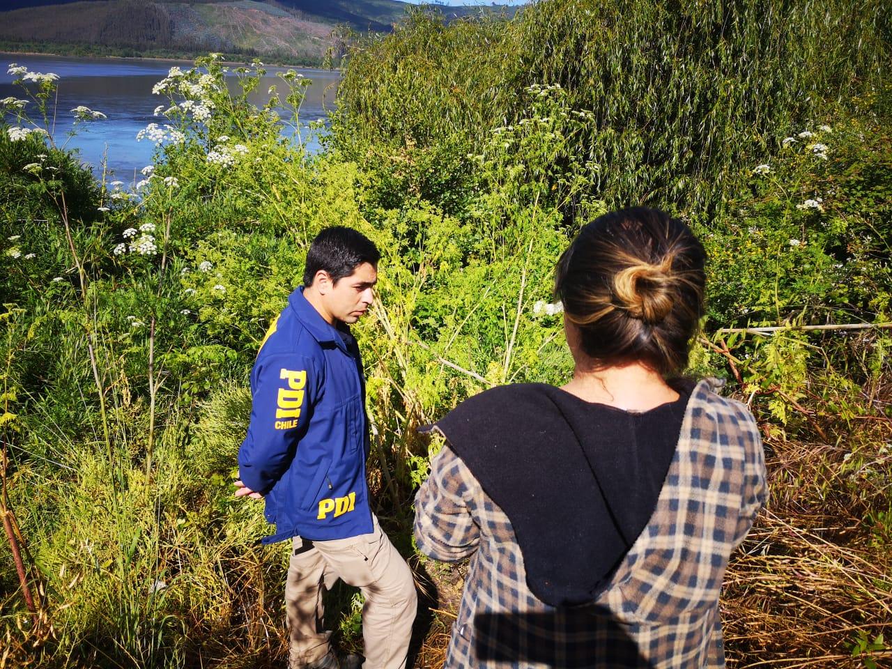 Madre de la joven con personal de la PDI en la ribera del Bío Bío  | Pedro Cid (RBB)