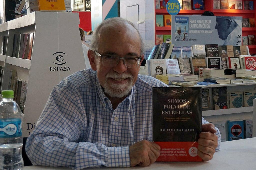 José Maza with his book Shalom Aleichem (CC) Wikimedia Commons