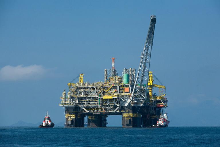 Una plataforma petrolífera en la costa de Brasil. Imagen de Divulgação Petrobras/ABr (Agência Brasil [1]) (CC BY 3.0 br), mediante Wikimedia Commons.