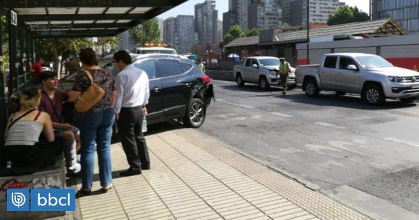Auto chocó con paradero del Transantiago tras accidente con vehículo de Carabineros en Santiago