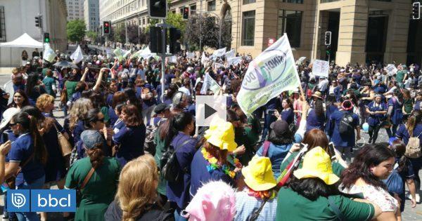 Empleados fiscales se manifiestan frente a La Moneda por despidos en el sector público