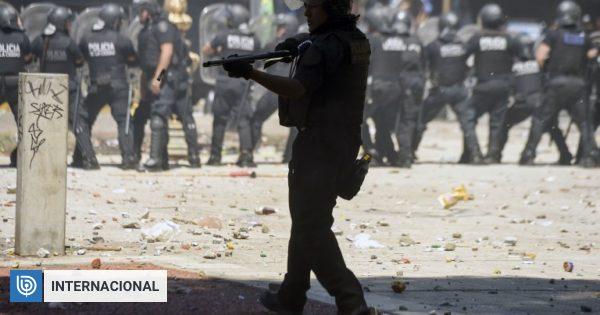 Los límites de la policía: protocolo para facilitar disparos de oficiales divide a Argentina