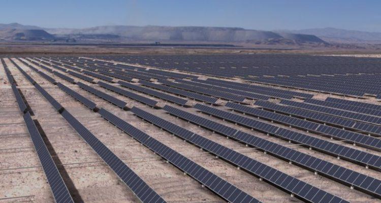 Paneles solares en en el Desierto de Atacama. Foto: construcción Minera