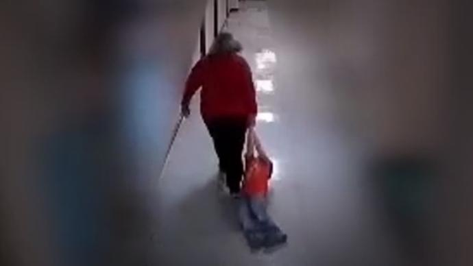 Arrastró a un nene con autismo por los pasillos: la despidieron