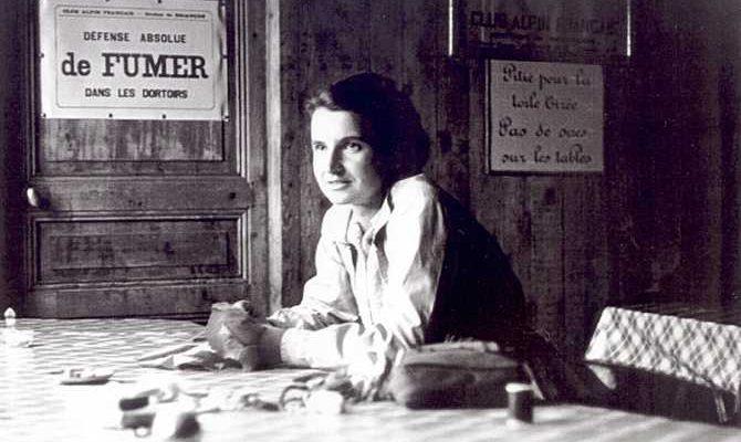 Rosalind Franklin, científica responsable de importantes contribuciones a la comprensión de la estructura del ADN, del ARN, de los virus, del carbón y del grafito.