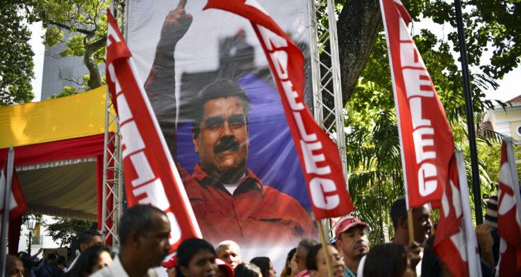 Partidarios de Maduro firmando | Yuri Cortez | Agence France-Presse