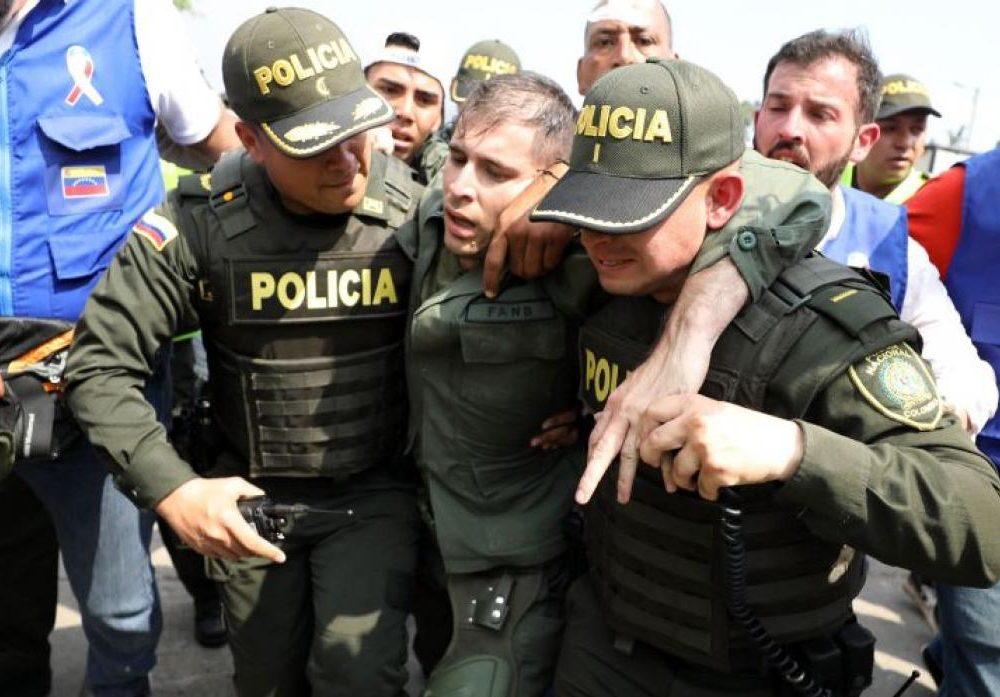 Militares colombianos recibiendo a otro venezolano