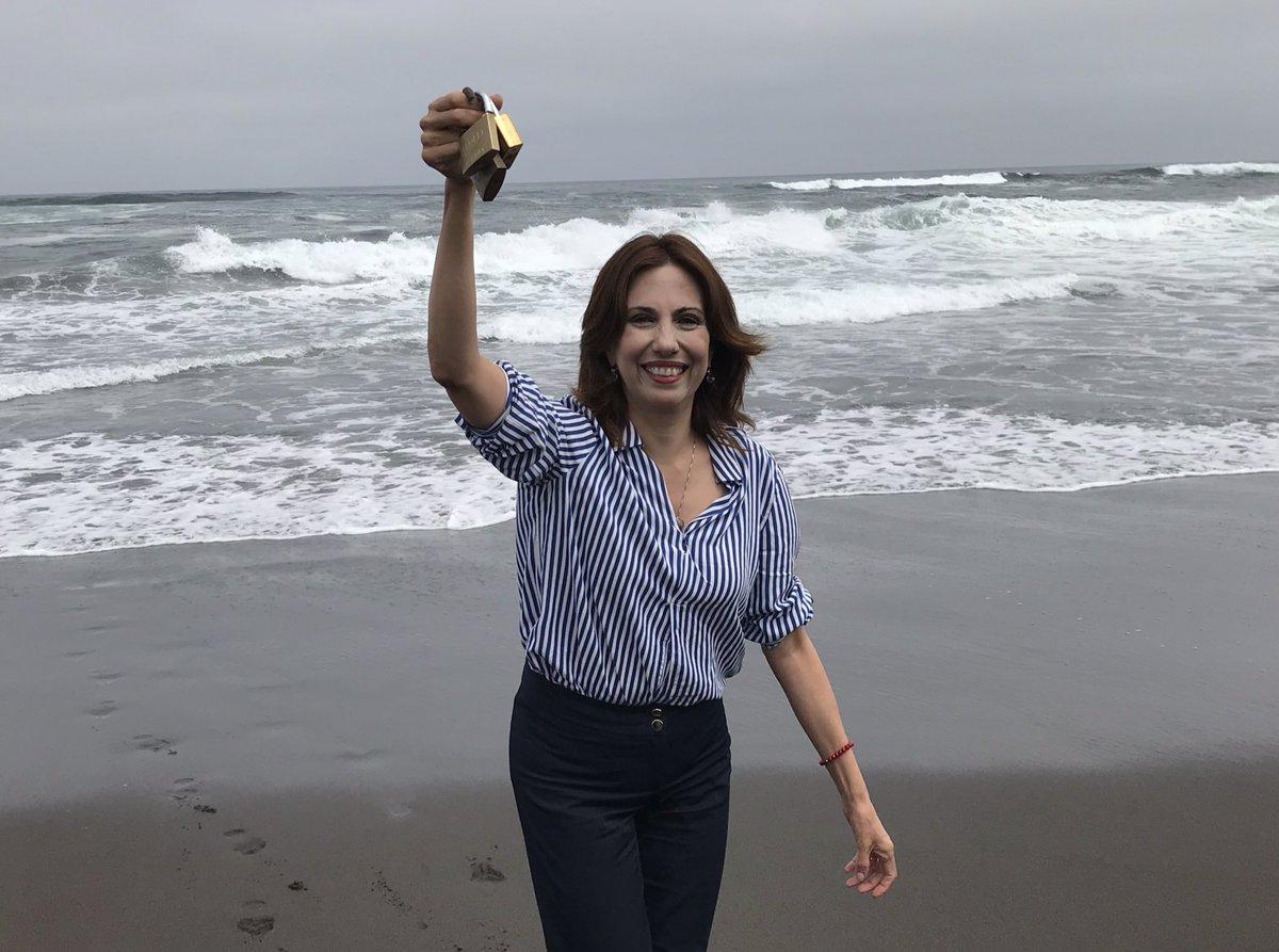 Ministra (s) con los candados que impedían el paso a la playa pública.
