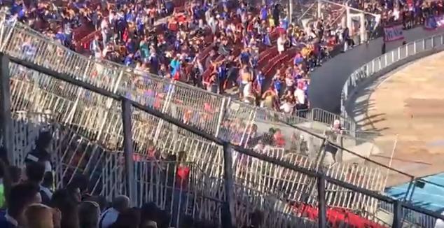 En galerías del estadio: hinchas de la U y Melgar protagonizaron peleas a mitad del partido