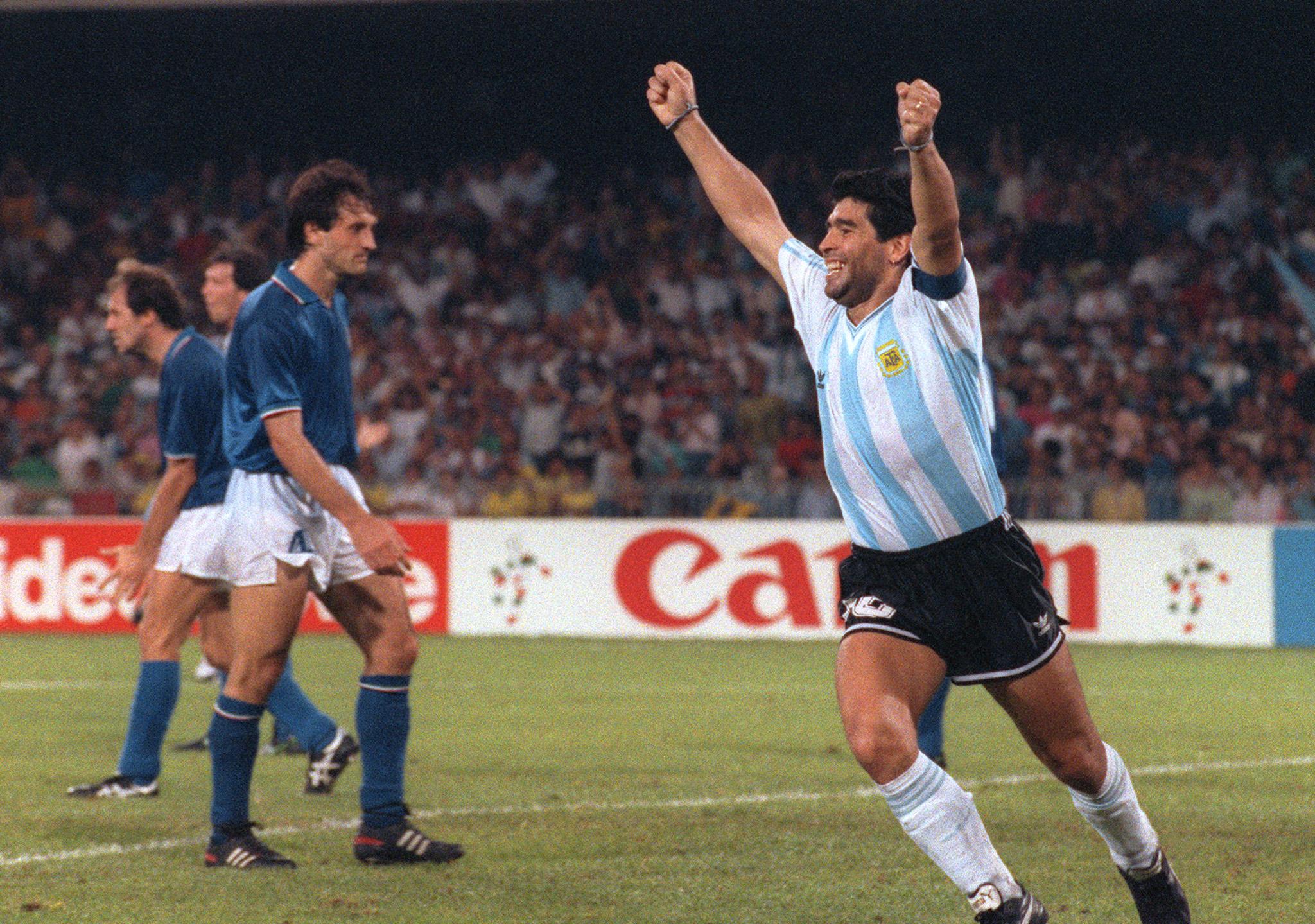 Cuando Maradona logró que italianos apoyaran a Argentina en desmedro de su  patria en un mundial   Fútbol   BioBioChile