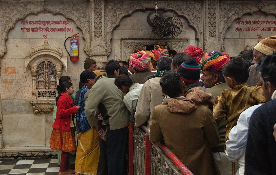 Persnas haciendo fila para entrar al templo | Daily Mail