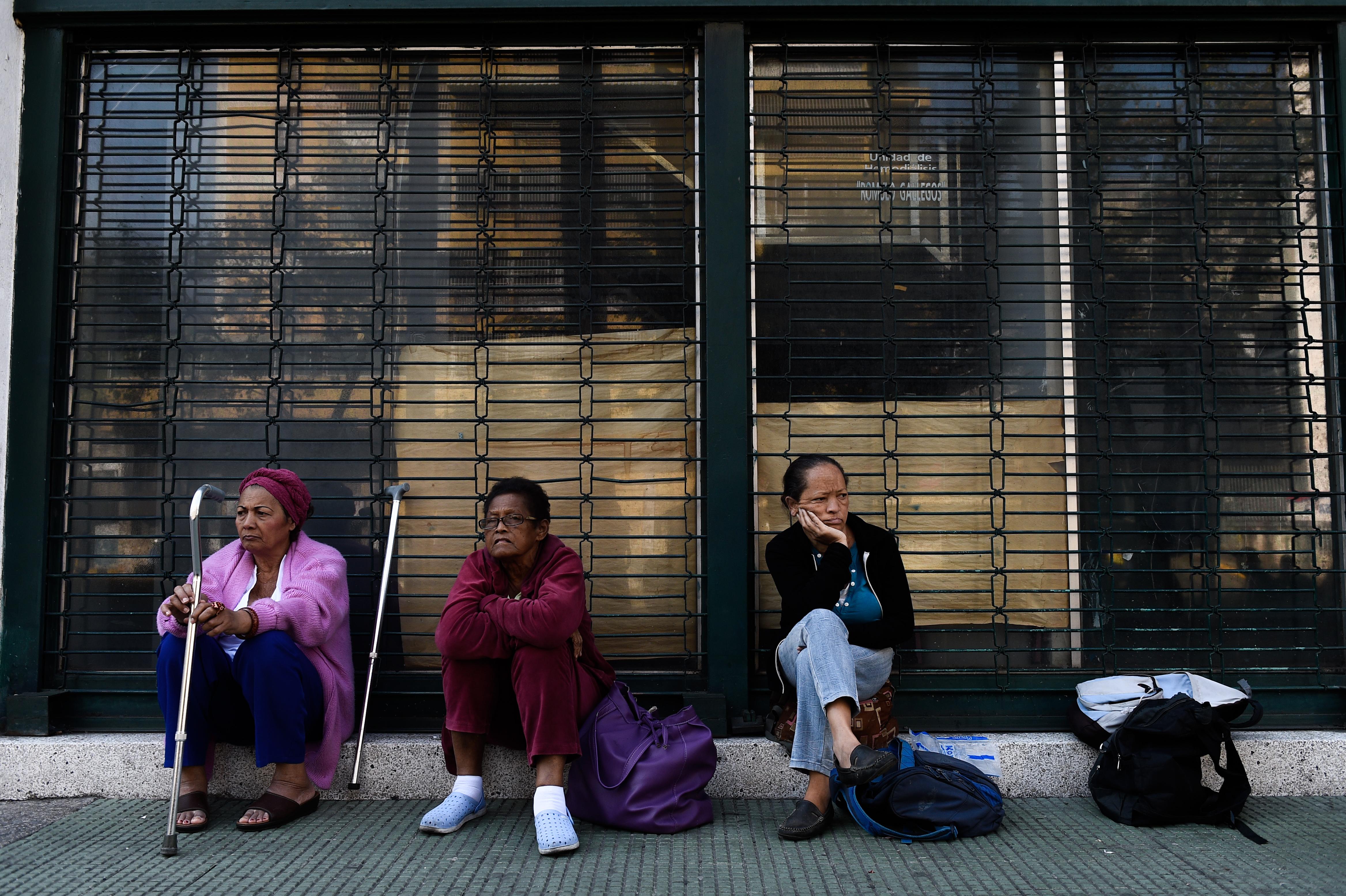 Pacientes de tratamientos de diálisis fuera de una clínica cerrada   Federico Parra   Agence France-Presse