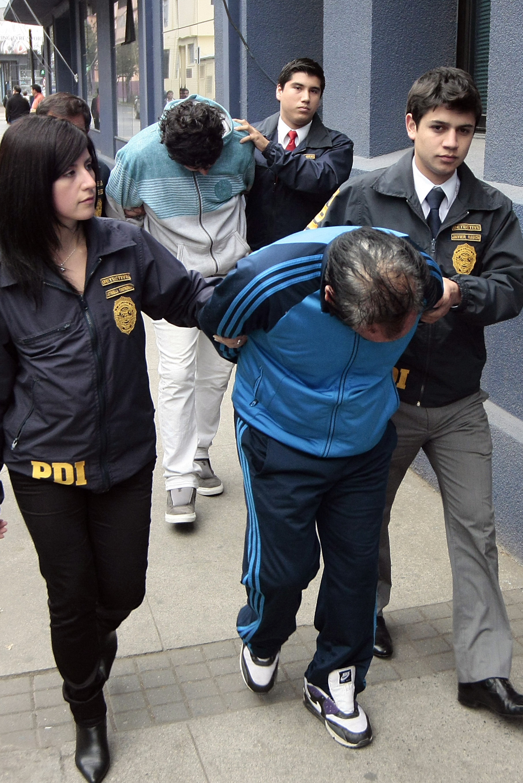 José Misael Mora (al frente) tras su detención  Archivo  Agencia UNO