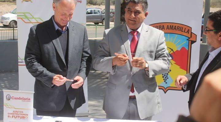 El acalde Osvaldo Delgado, a la dercha, firma convenio con Candelaria