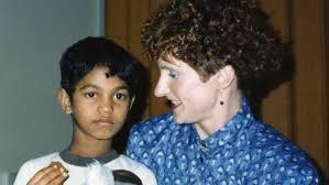 Saroo Brierley en su niñez junto a su madre adoptiva