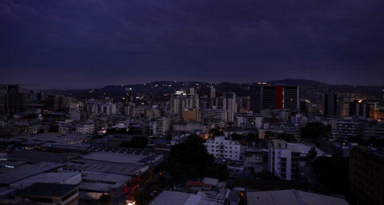 venezuela-a-oscuras-corte-de-electricidad-afecta-a-18-estados-y-gobierno-acusa-sabotaje-750x400.jpg