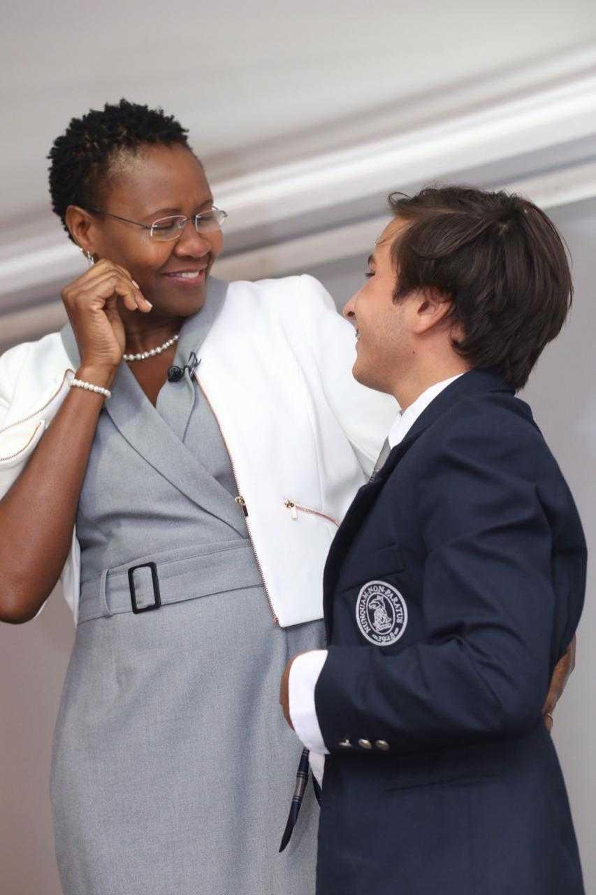 Ignacio Marín, un niño chileno de 16 años que tuvo leucemia, y su donante de médula ósea Josie Mamhambara, originaria de Zimbawe