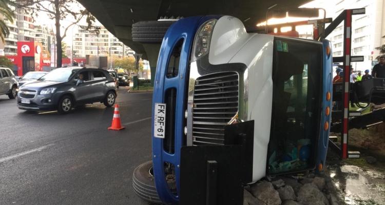 Camión volcado en Las Condes