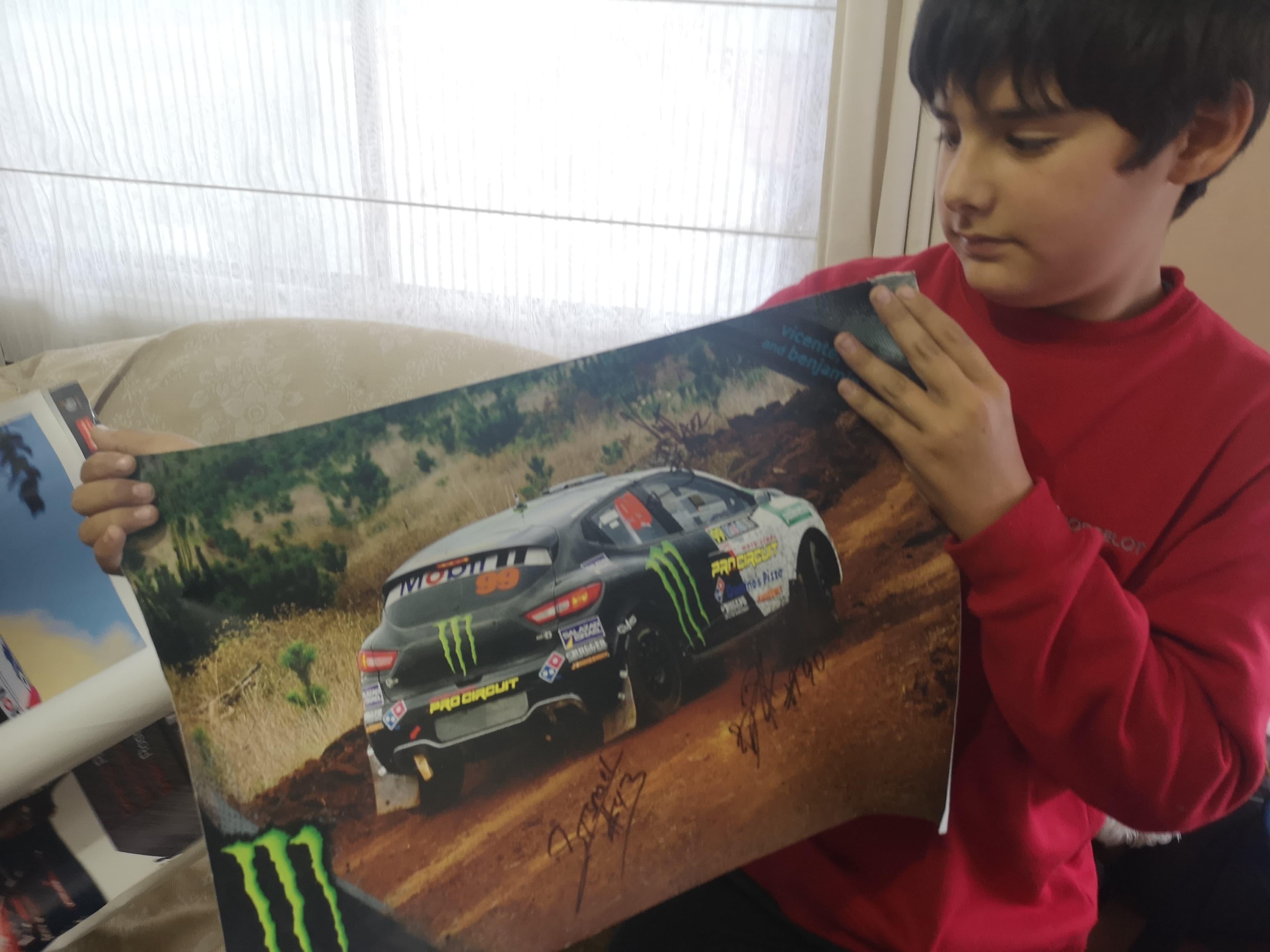 Fernando con uno de sus pósters | Denisse Charpentier (BBCL)