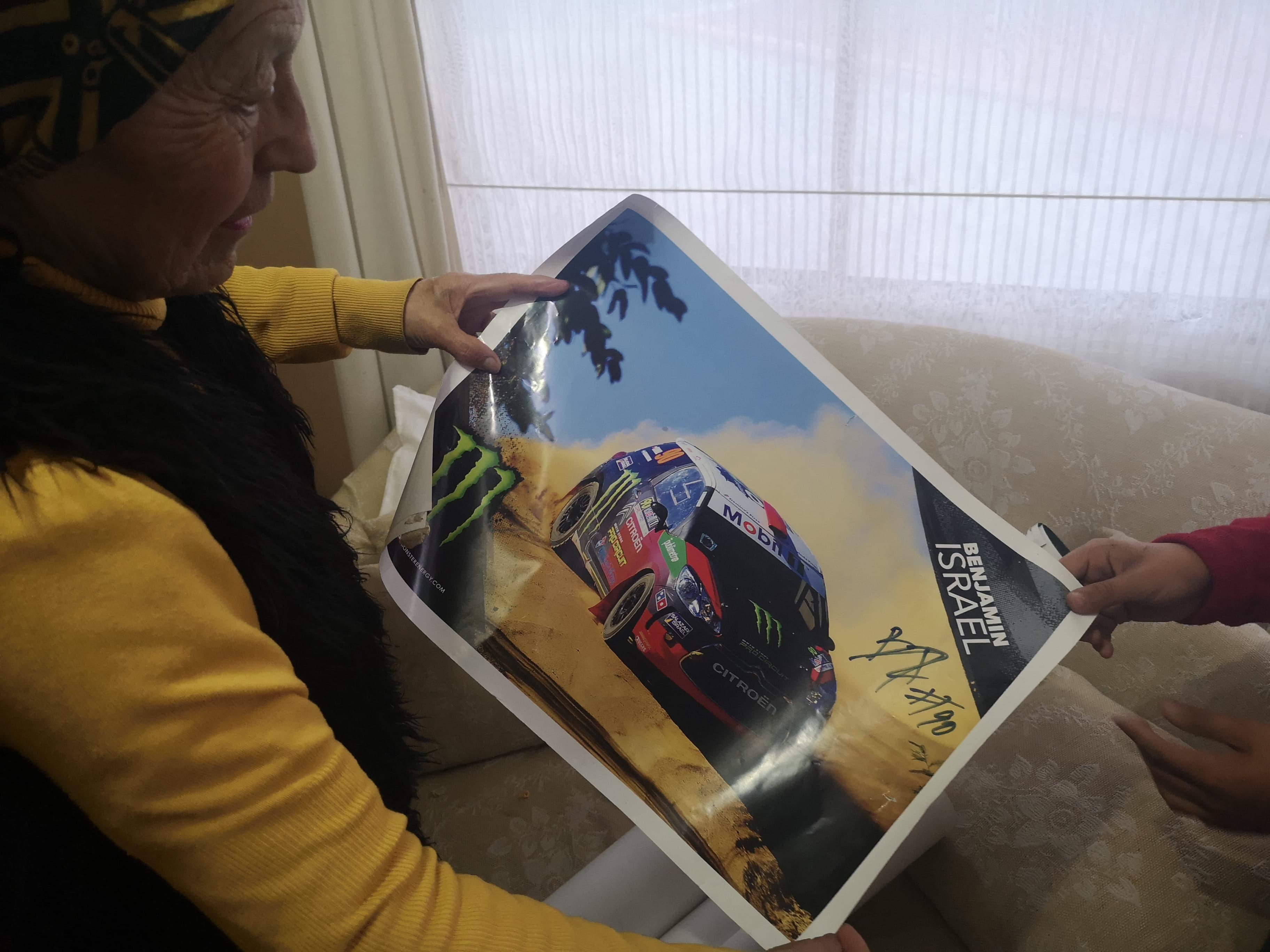 Bernardita Sánchez sostiene uno de los pósters de su nieto | Denisse Charpentier (BBCL)