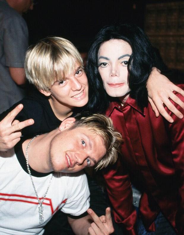 Aaron Carter (arriba), Michael Jackson y Nick