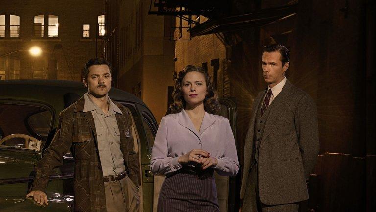 """Jarvis (a la derecha) en """"Agente Carter"""""""