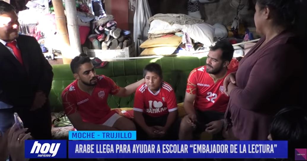 Yaqoob Yusuf Ahmed junto al pequeño Víctor | Captura | YouTube