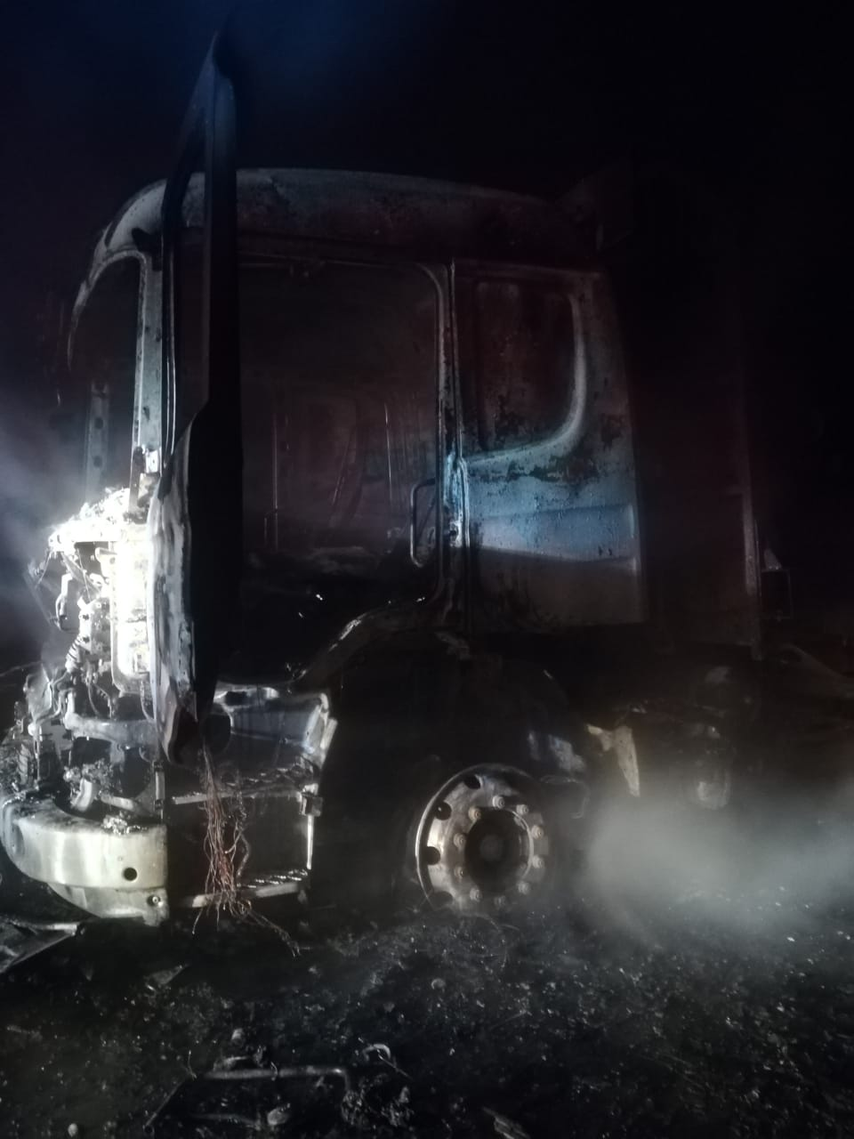 ataque-incendiario-deja-al-menos-siete-maquinas-y-camiones-quemados-en-los-alamos3