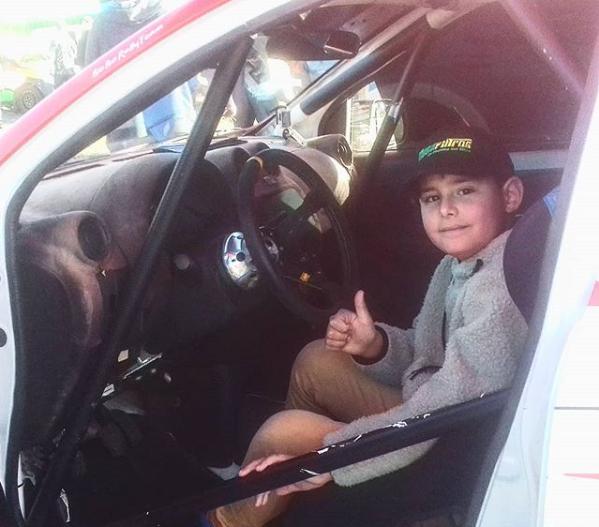 Fernando en auto de rally | Archivo familiar