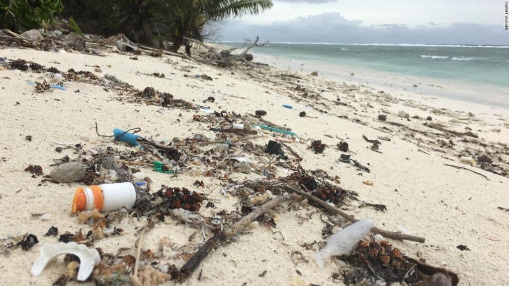 Plástico en una playa de  las islas Cocos | Keeling