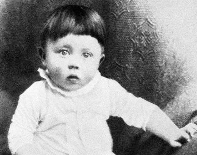 Adolf Hitler de bebé | Wikimedia Commons