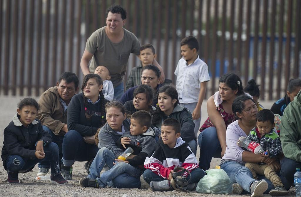 Migrantes antes de ser llevados por la patrulla fronteriza   ARCHIVO   AFP