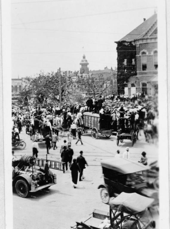 Multitud reunida para presenciar linchamiento | Biblioteca del Congreso de EEUU