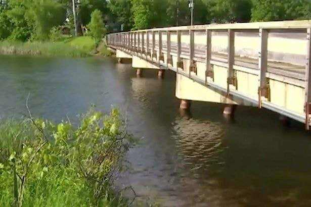 Puente sobre Dead Shot lake | People