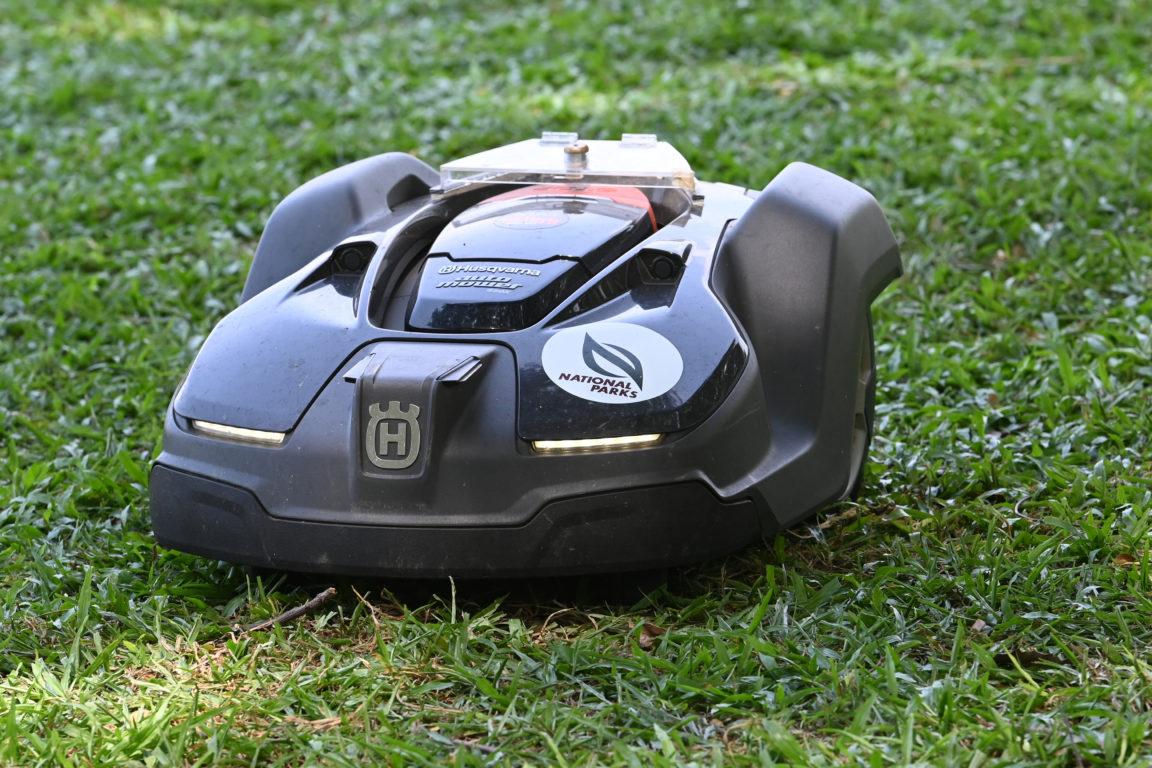Una cortadora de césped robótica | Roslan Rahman | Agence France-Presse