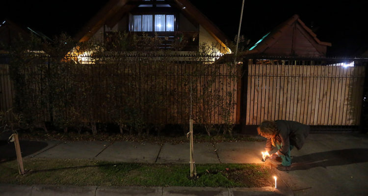 Velatón en fachada de la casa del fallecido ministro Albornoz | Cristobal Escobar | Agencia Uno