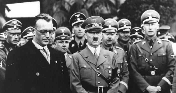Reinhard Heydrich (derecha) y Hitler   Wikimedia Commons