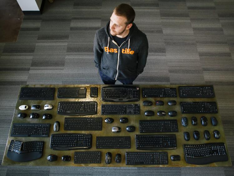 Marc Newlin de Bastille con algunos de los productos afectados | Bastille