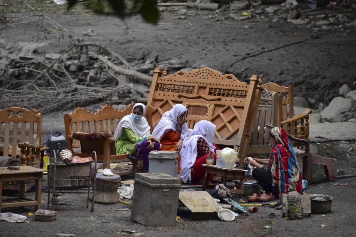 Familia pakistaní se reúne al lado de sus pertenencias afuera de las ruinas de su casa. Sajjad Oayyum | Agence France-Presse