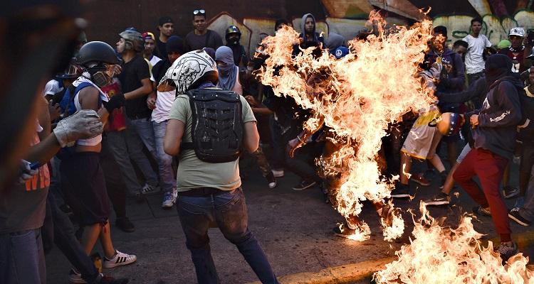 Joven quemado en protesta en Venezuela en 2017