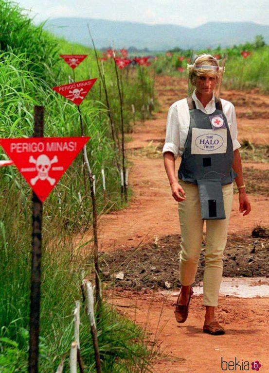 Princesa Diana caminando en un terreno con minas antipersonas